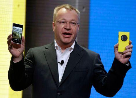 埃洛普在发布会上展示Lumia 1020