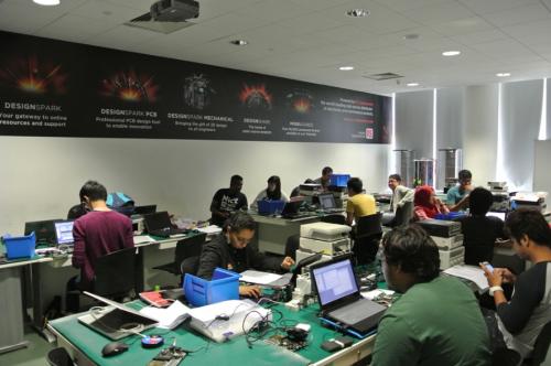 学生们在电子产品设计实验室中努力学习