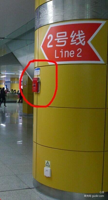 被夹在地铁安全门、车门之间 该如何自救?3