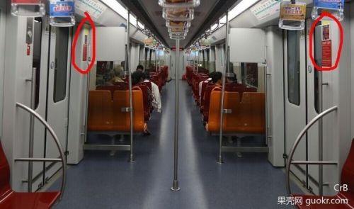 被夹在地铁安全门、车门之间 该如何自救?6