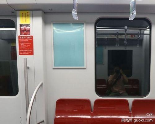 被夹在地铁安全门、车门之间 该如何自救?5