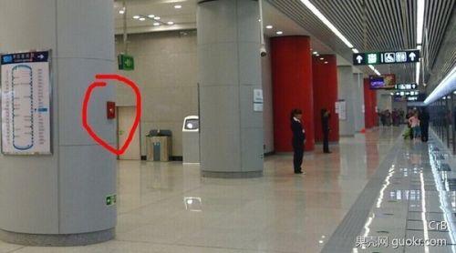 被夹在地铁安全门、车门之间 该如何自救?4