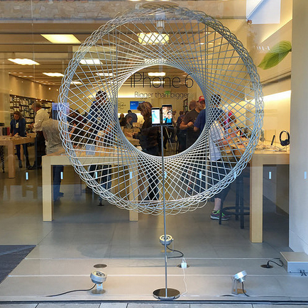 苹果零售店橱窗展示设计特别突出iphone 6图片