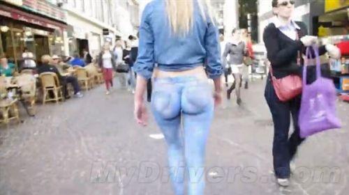 美女嫩模彩绘牛仔裤半裸逛街