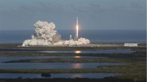 跑车终上天 马斯克猎鹰重型火箭发射成功1
