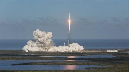 跑车终上天 马斯克猎鹰重型火箭发射成功3