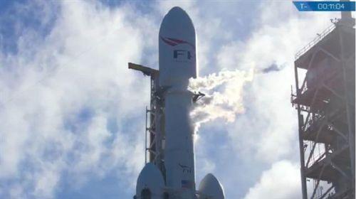 跑车终上天 马斯克猎鹰重型火箭发射成功2