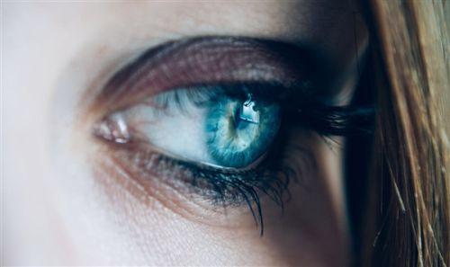 罕见的感染!女子从眼内拔出14条蠕虫0