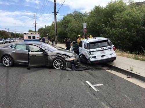 特斯拉Autopilot再次引发撞车事故 这次是撞上警车0