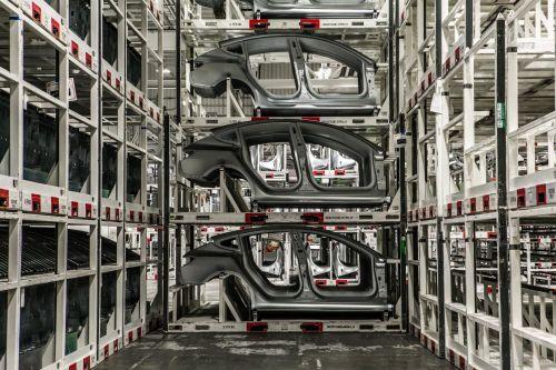 为产能马斯克睡在工厂,他在发明汽车生产方式吗0