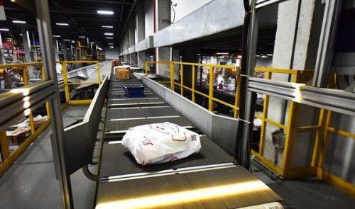 京东自动化仓库有7个足球场大 四名员工值守2