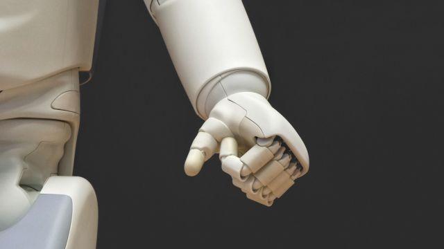 """为促进工业机器人行业持续健康发展,工信部制定《工业机器人行业规范管理实施办法》,对符合条件的工业机器人企业实行公告管理,企业按自愿原则进行申请。《实施办法》从""""申请、审核及公告、监督检查、变更、整改、撤销公告五部分明确了工业机器人行业的规范。"""