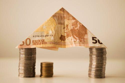 对制造业中的中小微企业,继续加大金融扶持、信贷支持力度0